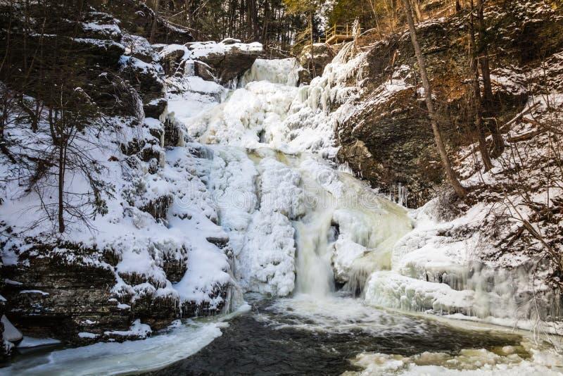 Cascada con gradas congelada cubierta en formaciones de hielo hermosas imagen de archivo