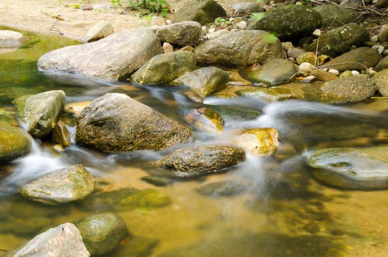 Cascada con la piedra del musgo verde en la selva tropical, Kiriwong Vil foto de archivo