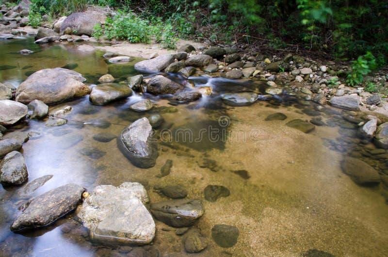 Cascada con la piedra del musgo verde en la selva tropical, Kiriwong Vil fotos de archivo