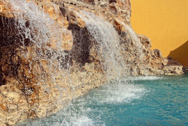 Cascada con la piscina en hotel del luxery fotos de archivo
