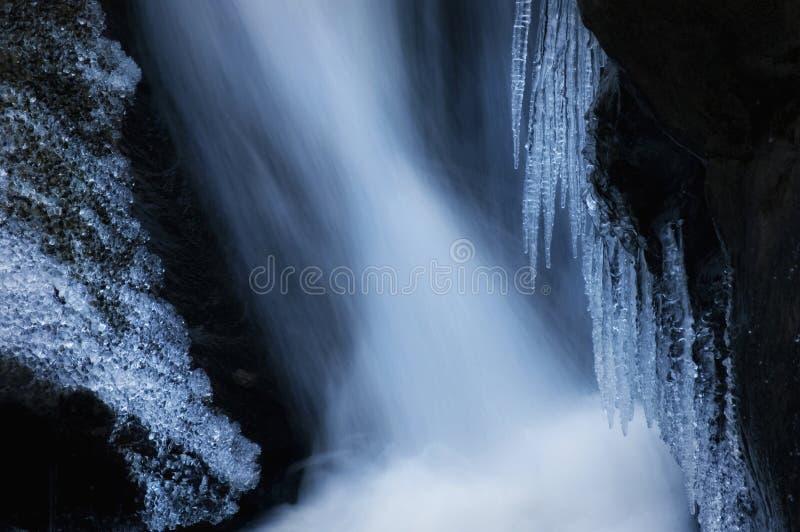 Cascada congelada en un río de la montaña fotos de archivo