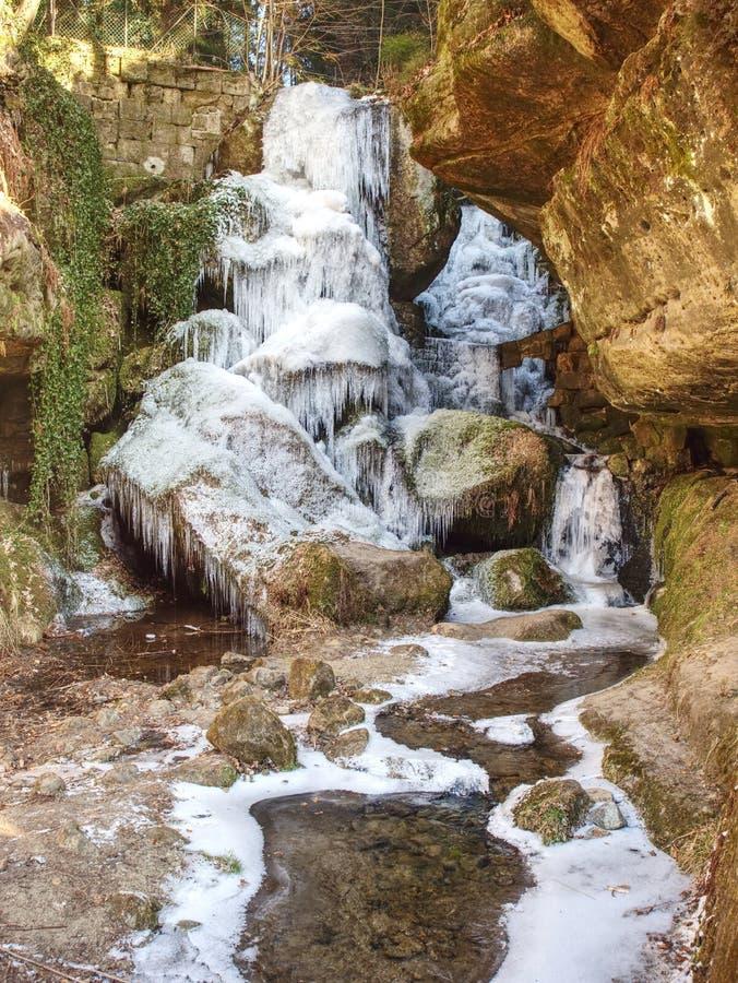Cascada congelada entre las rocas Cascada caida del bramido del carámbano, fotos de archivo libres de regalías