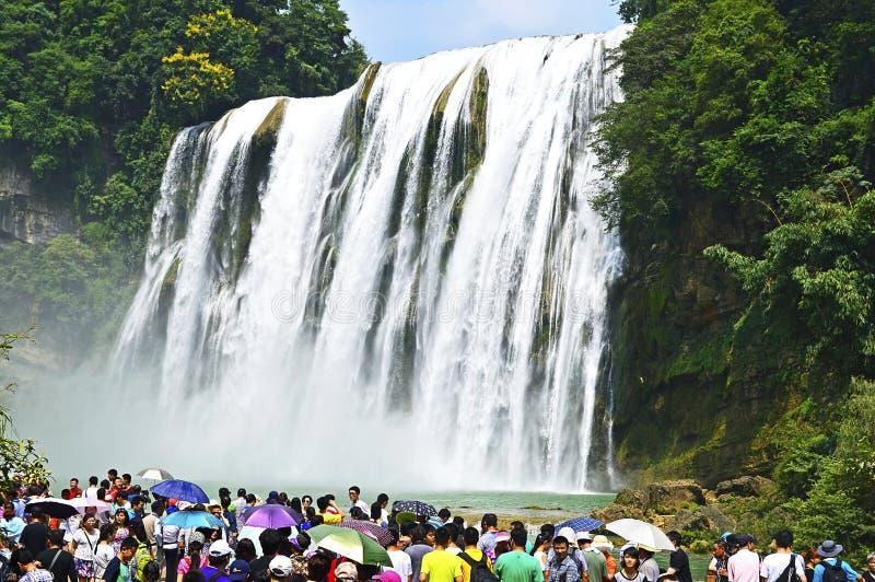 Cascada de China Guizhou Huangguoshu de la visita de los turistas en verano imagen de archivo libre de regalías
