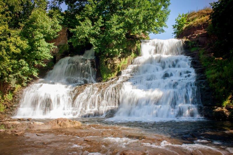 Cascada de Dzhurinsky - una cascada en el río Dzhurin en Zales fotos de archivo