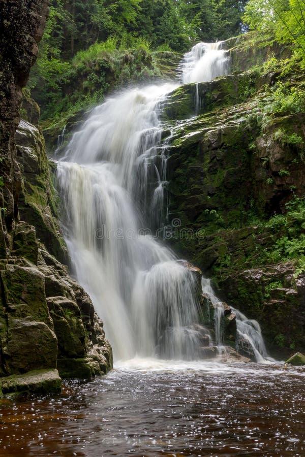 Cascada de Kamienczyk en el parque nacional de Karkonosze en las montañas de Sudety en Polonia imagen de archivo libre de regalías