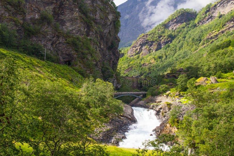 Cascada de Kjosfossen del gigante por el Flam a la línea ferroviaria Noruega de Myrdal foto de archivo libre de regalías