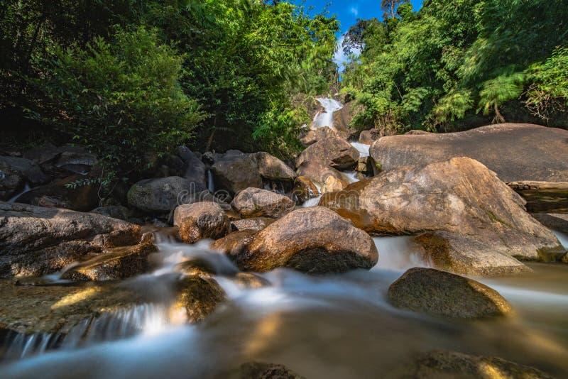Cascada de Krating en la provincia de Chantaburi en Tailandia Agua muy hermosa y lisa con la roca y árbol anaranjado y alto contr fotografía de archivo libre de regalías