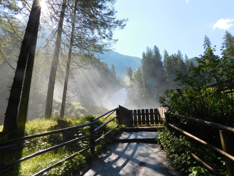 Cascada de Kriml en Austria, niebla en la luz de la mañana imagen de archivo