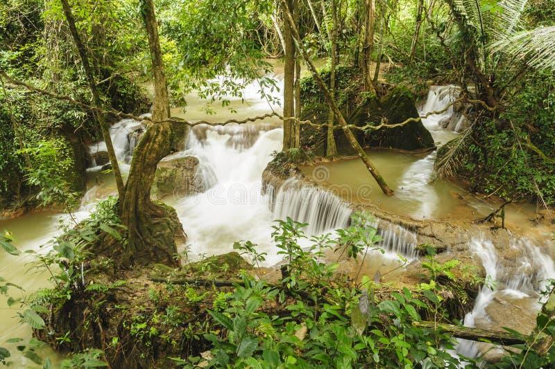 Cascada de la canción-Khalia en el parque nacional de Khao Laem, Thailamd. imagen de archivo