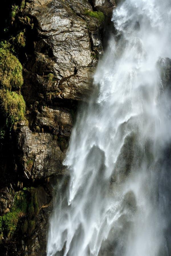 Cascada de la cascada, fondo natural del agua Textura detallada hermosa de la agua corriente y de la piedra mojada imagen de archivo libre de regalías