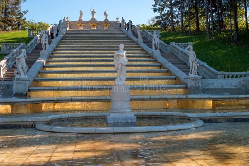Cascada de la montaña de oro El prototipo para él era una de las cascadas de la residencia real francesa, Marley le imágenes de archivo libres de regalías