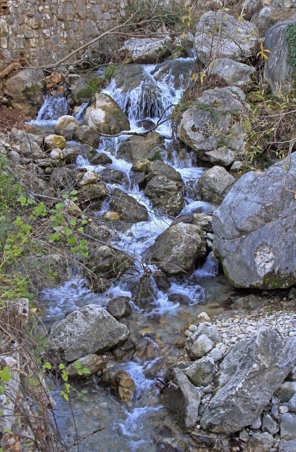 Cascada de la montaña no lejos de la ciudad Budva fotos de archivo