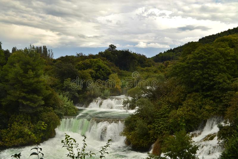 Cascada de las cascadas Skradinski Buk en el parque nacional Krka en Croacia foto de archivo