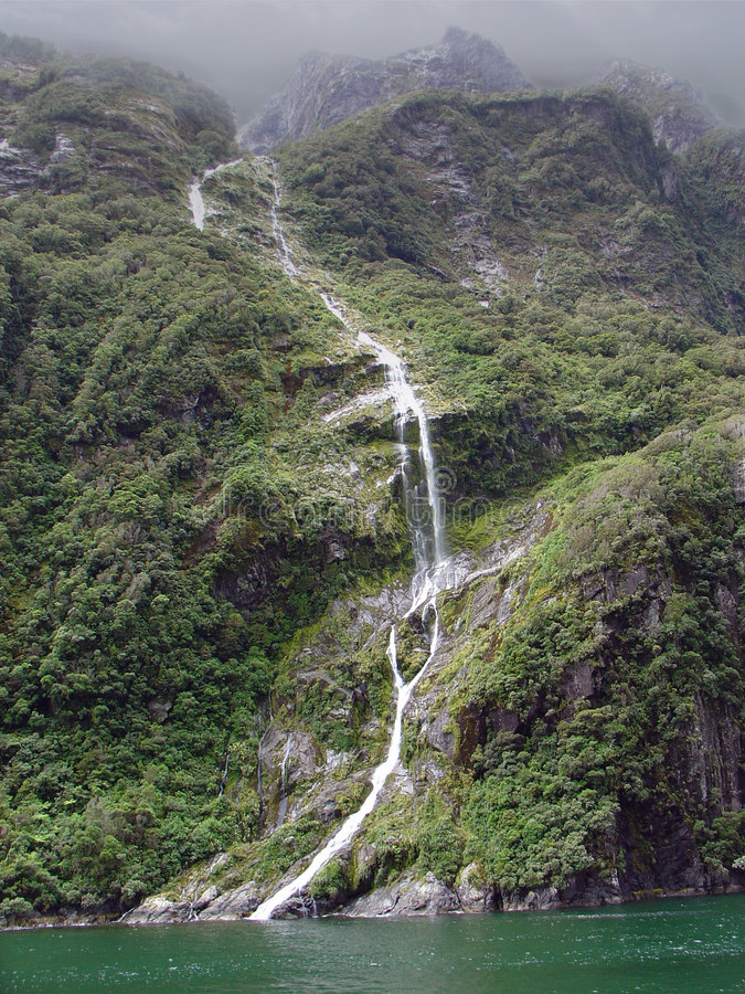 Cascada de Milford Sound, Nueva Zelandia imagenes de archivo