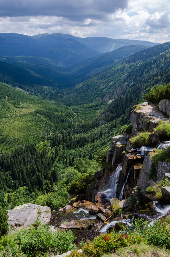 Cascada de Pancavsky en las montañas gigantes imagen de archivo