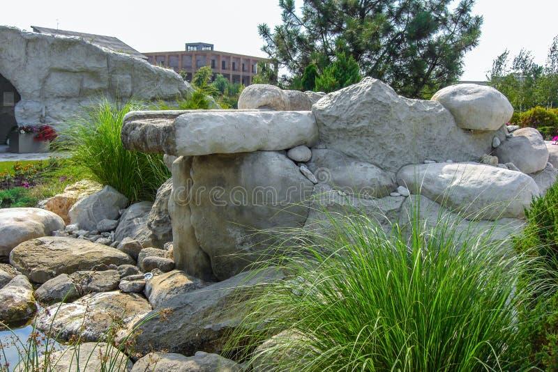 Cascada de piedra natural de la cascada en diseño de la charca foto de archivo