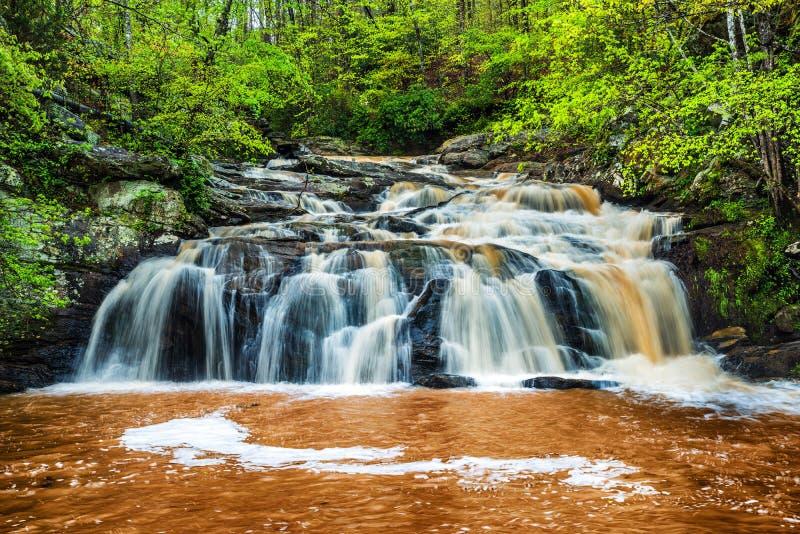 Cascada de precipitación en las montañas de Georgia foto de archivo libre de regalías