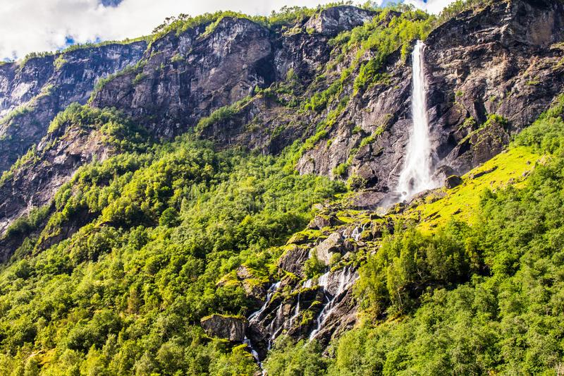 Cascada de Rjoandefossen del gigante por el Flam a la línea ferroviaria Noruega de Myrdal imágenes de archivo libres de regalías
