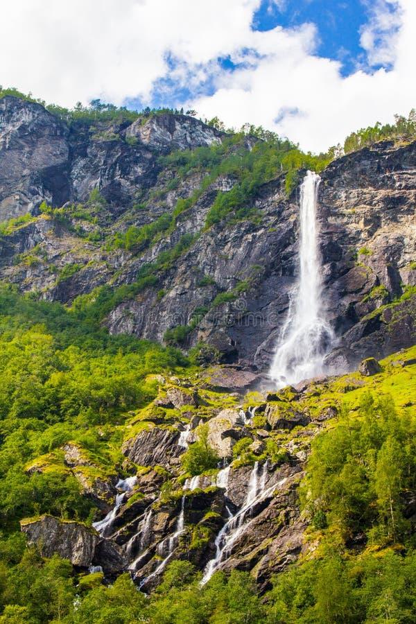 Cascada de Rjoandefossen del gigante por el Flam a la línea ferroviaria Noruega de Myrdal fotos de archivo libres de regalías