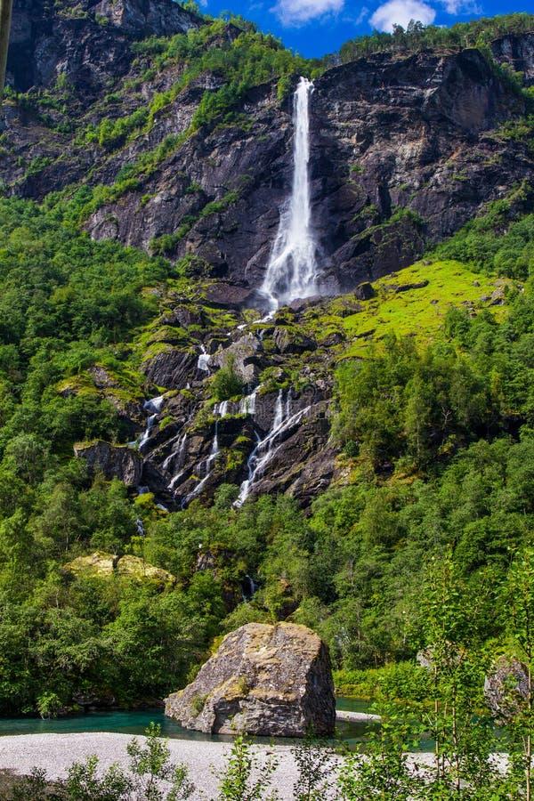 Cascada de Rjoandefossen del gigante por el Flam a la línea ferroviaria Noruega de Myrdal fotografía de archivo