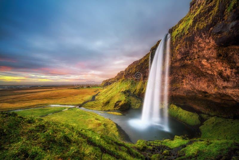 Cascada de Seljalandsfoss en Islandia en la puesta del sol imagen de archivo libre de regalías