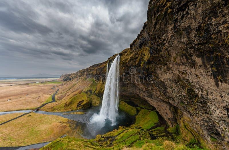 Cascada de Seljalandsfoss en Islandia Uno de la cascada famosa del ost en Islandia Cielo nublado foco hacia números más inferiore foto de archivo