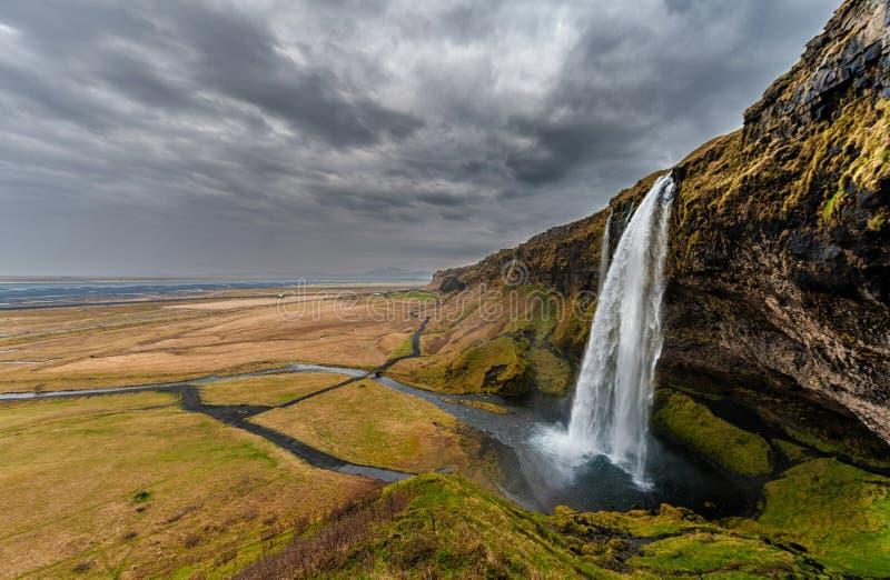 Cascada de Seljalandsfoss en Islandia Uno de la cascada famosa del ost en Islandia Cielo nublado foco hacia números más inferiore foto de archivo libre de regalías
