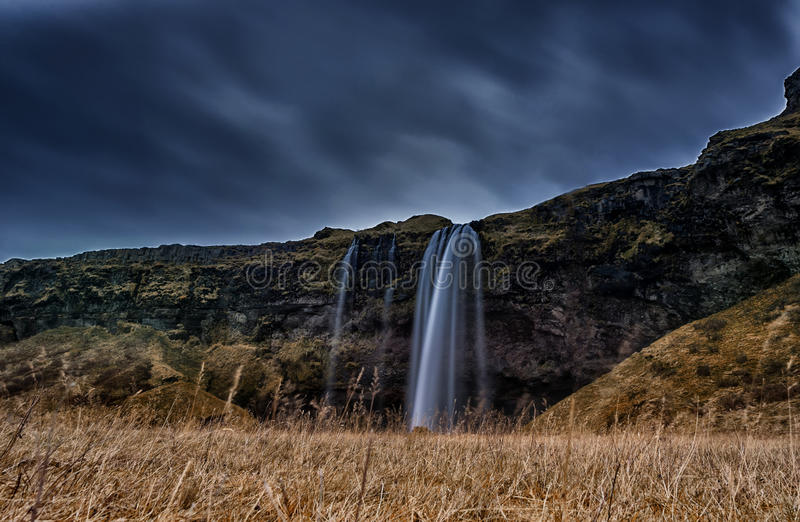 Cascada de Seljalandsfoss en Islandia Uno de la cascada más famosa de Islandia Foto larga de la exposición fotos de archivo libres de regalías
