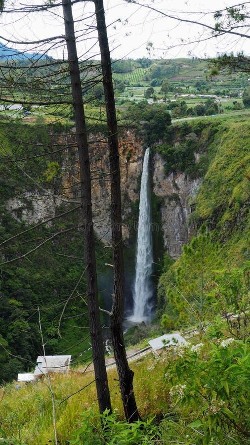 Cascada de Sipisopiso en el pueblo de Tonging, Sumatra del norte, Indonesia imagen de archivo
