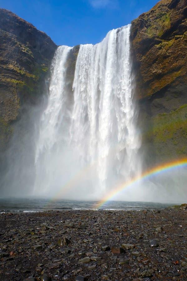 Cascada de Skogafoss con el arco iris en Islandia fotos de archivo