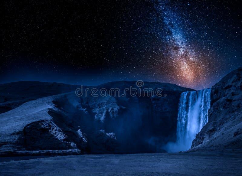 Cascada de Skogafoss de la vía láctea y del spectacular en Islandia fotos de archivo libres de regalías