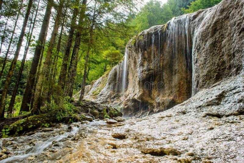 Cascada de Urlatoarea del pueblo de Vama Buzaului, cerca de las montañas de Ciucas, condado de Brasov, Transilvania, Rumania imagen de archivo libre de regalías
