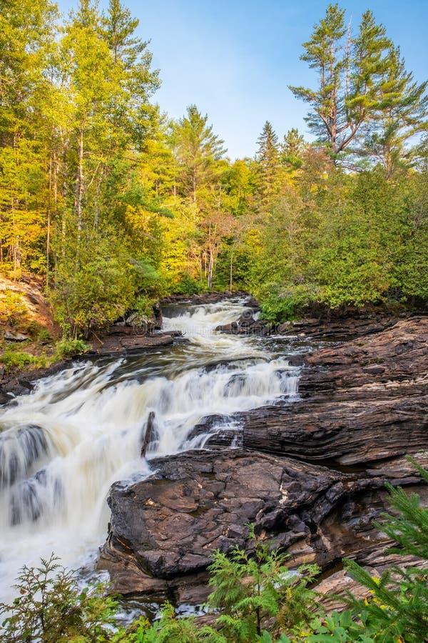 Cascada del agua en el canal inclinado de Egan, Bancroft, Ontario foto de archivo libre de regalías