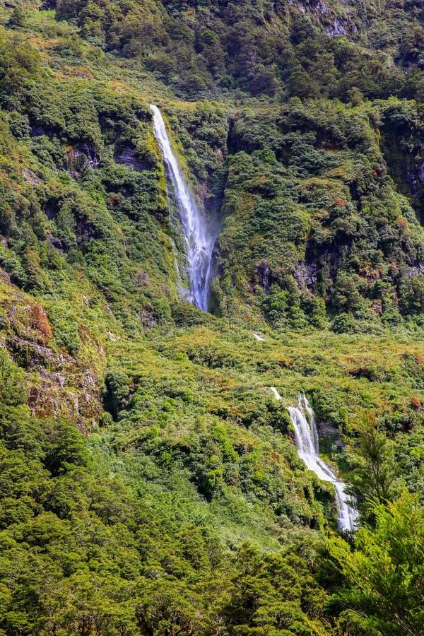 Cascada del fiord de Milford Sound Parque nacional de Fiordland, Nueva Zelanda imagen de archivo