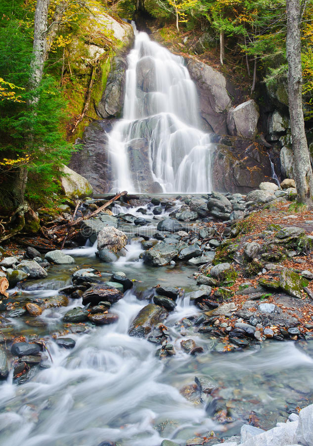 Cascada del otoño en Nueva Inglaterra imagenes de archivo