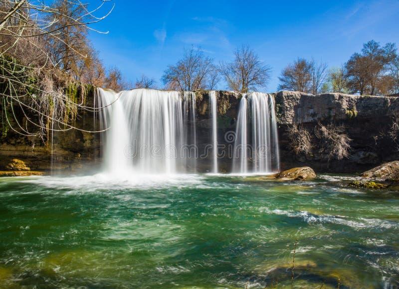 Cascada del río en Pedrosa de Tobalina imagen de archivo libre de regalías