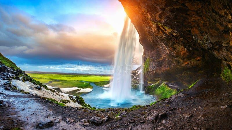 Cascada durante la puesta del sol, cascada hermosa de Seljalandsfoss en Islandia foto de archivo