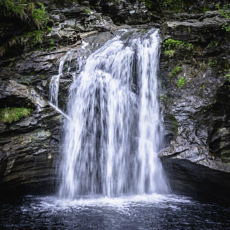 Cascada en arbolado escocés imagen de archivo libre de regalías