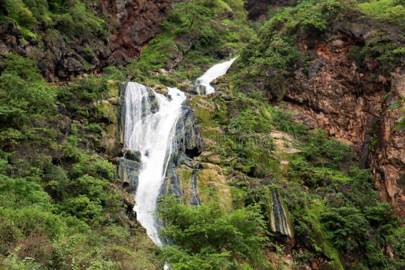 Cascada en Ayn Khor y paisaje verde enorme, ?rboles y monta?as de niebla en el centro tur?stico, Salalah, Om?n imagenes de archivo
