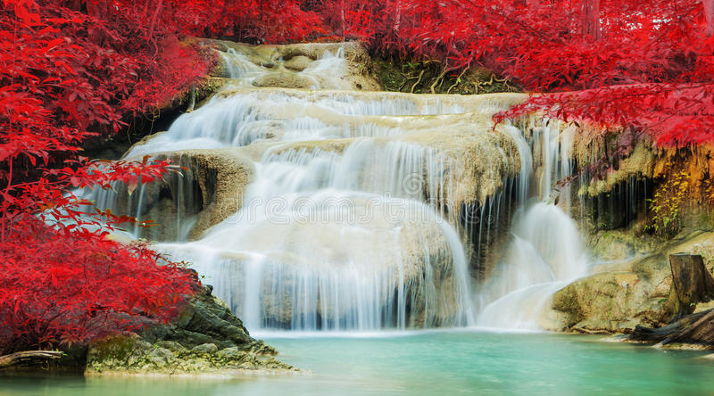 Cascada en bosque del otoño en la cascada de Erawan fotografía de archivo libre de regalías