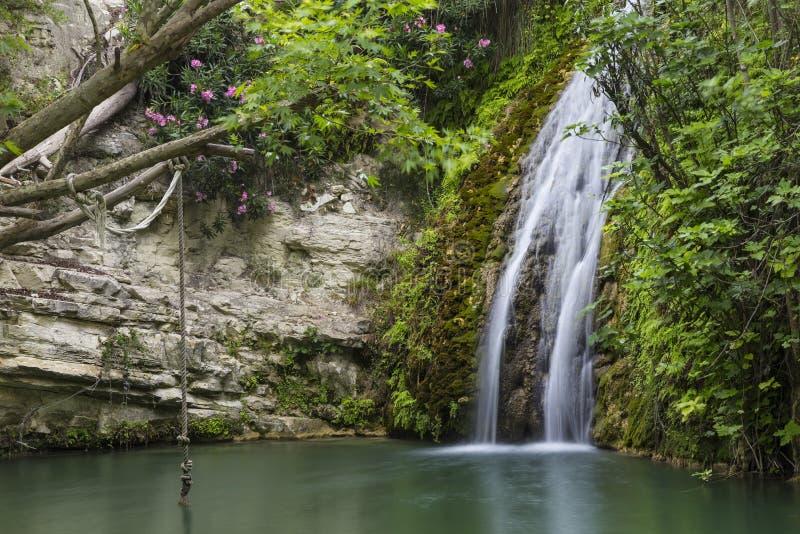 Cascada en cueva natural Baño del Aphrodite chipre imagen de archivo libre de regalías