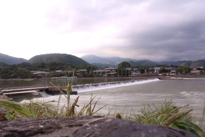 Cascada en día cubierto en Japón rural fotografía de archivo