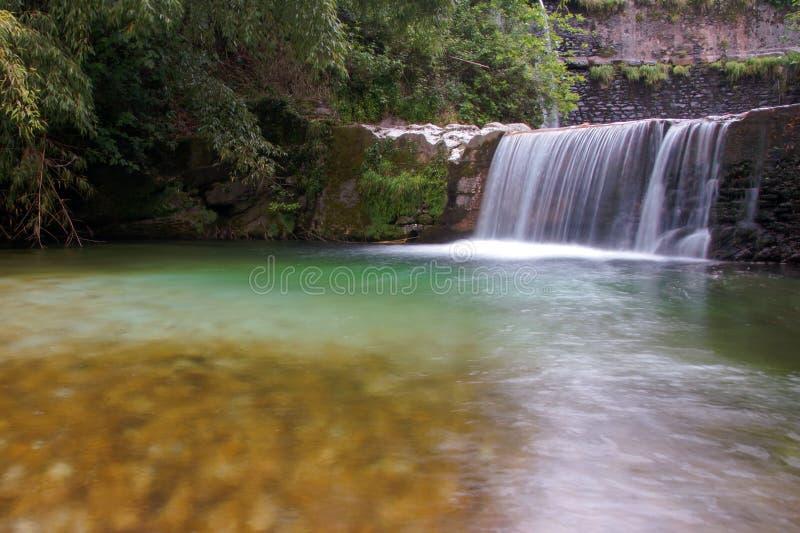 Cascada en el bosque de Toscana fotografía de archivo