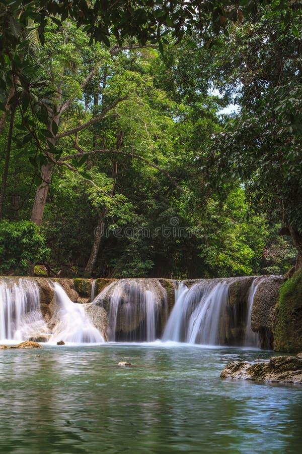 Cascada en el bosque tropical, Tailandia foto de archivo libre de regalías