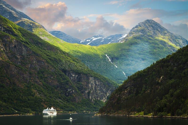 Cascada en el fiordo Noruega de Geiranger fotos de archivo