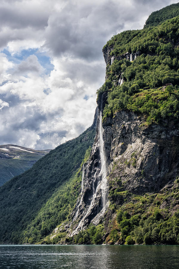 Cascada en el Geirangerfjord fotografía de archivo