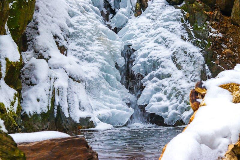 Cascada en el invierno imagenes de archivo