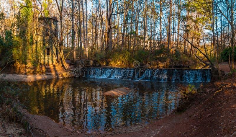 Cascada en el parque de Lullwater, Atlanta, los E.E.U.U. fotos de archivo