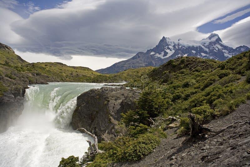 Cascada en el parque nacional Chile de Torres del Paine fotos de archivo libres de regalías