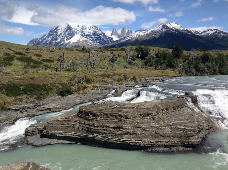 Cascada en el parque nacional de Paine del trato de Torres imagen de archivo